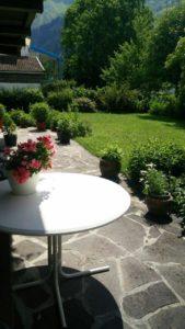 Garten mit Tisch und Blumen